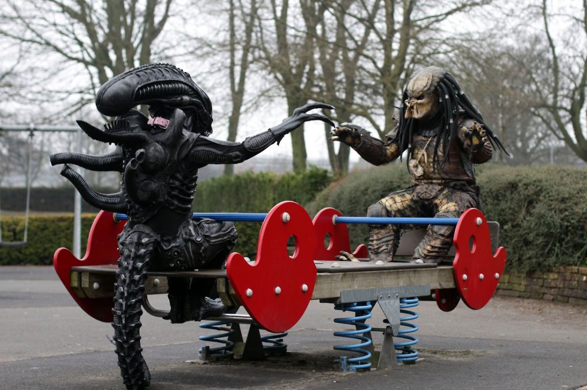 xenomorph-and-predator-on-a-seesaw